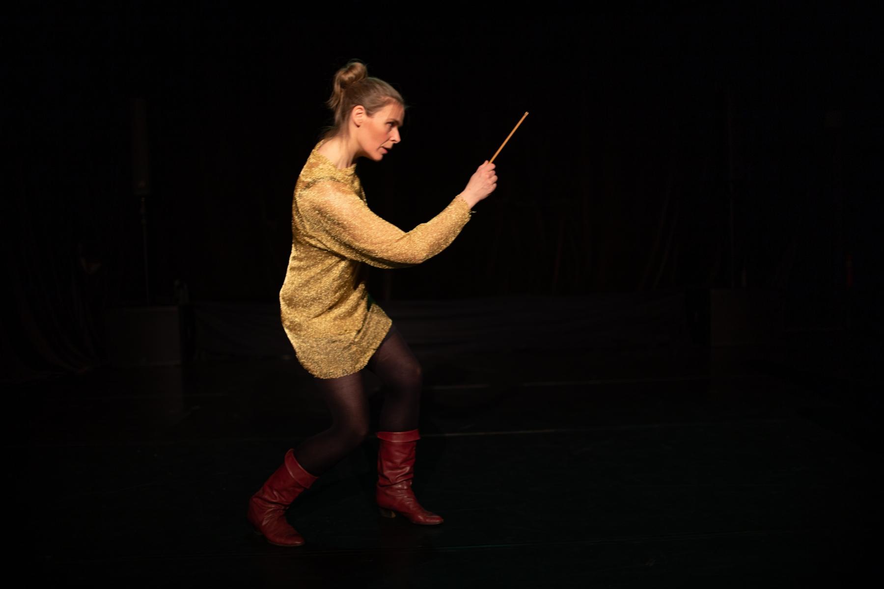 5.-performatörens-röda-stövlar-full