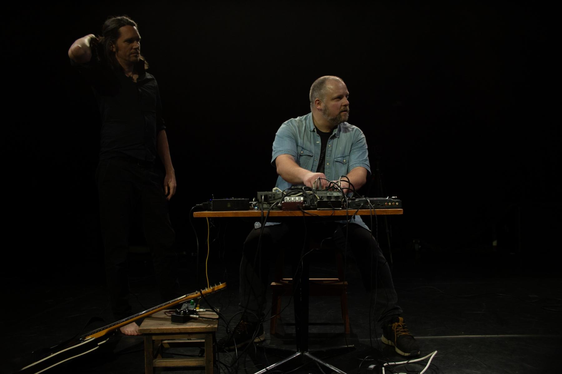 Berättaren-och-Noisemannen-3-relaxed-long-shot-1