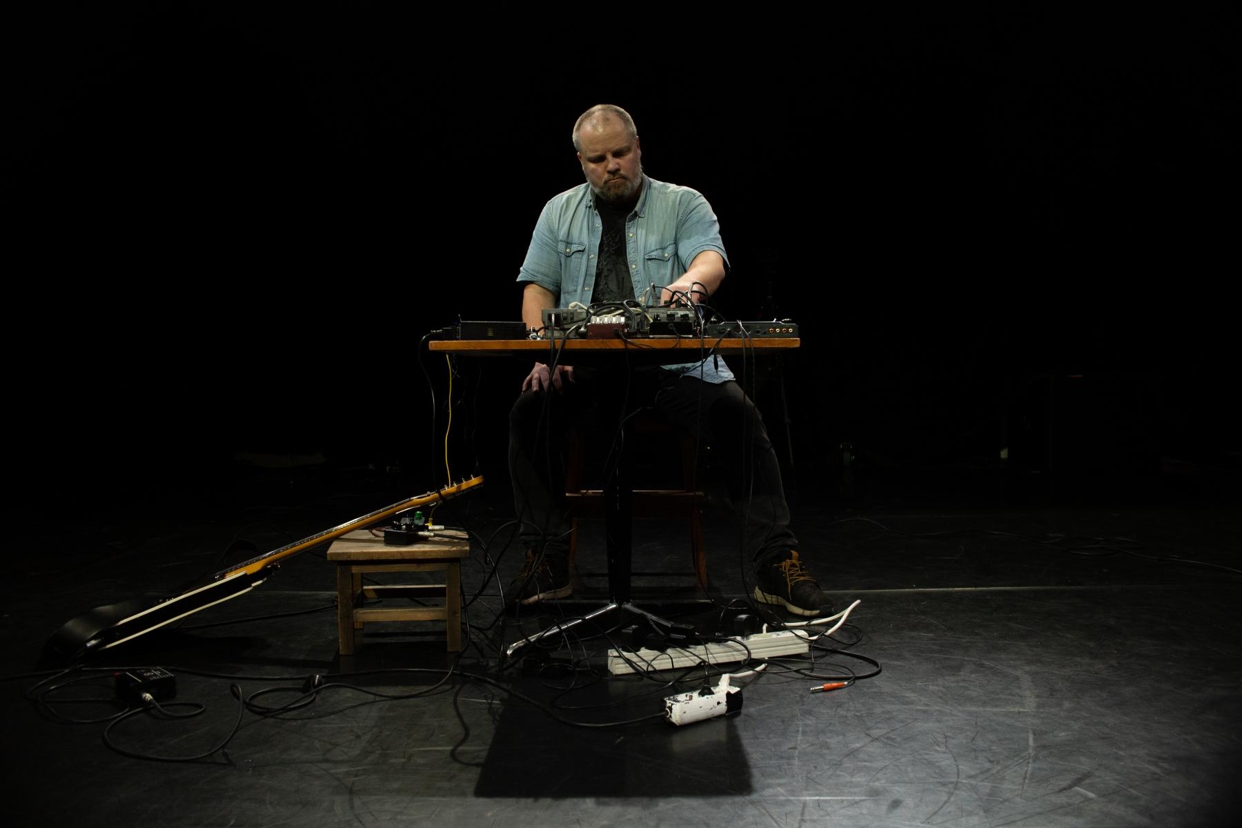 Noisemannen-vid-ljudbordet-full